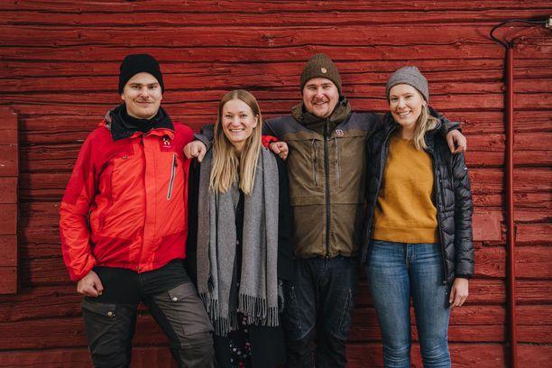 Aaro, Anni, Arttu ja Amalia Pöyry ovat sisaruksia, joilla on myös yhteinen matkailuyritys. He muutivat perheen vanhan kesämökin ekologiseksi majoituskohteeksi.