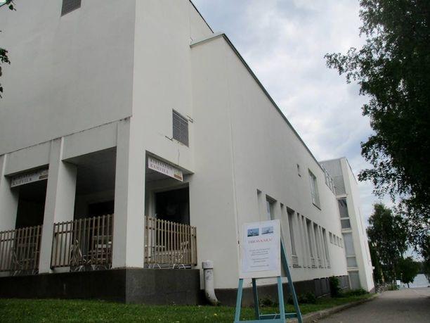 Tiirat häiritsevät kirjaston asiakkaita jalkakäytävällä. kuva: Juha Pitkänen