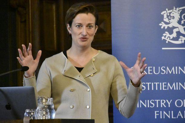Facebookin yhteiskuntasuhteiden johtajan Christine Grahnin mukaan Facebook pystyy tekoälyn avulla estämään valetilien avaamista.