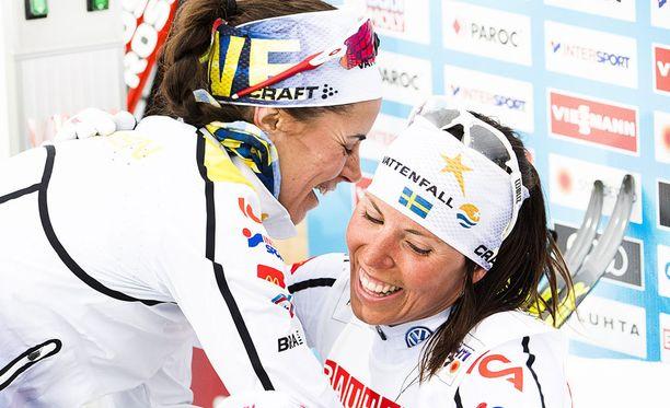 Anna Haag (vas.) ja Charlotte Kalla juhlivat hopeaa MM-viestissä.