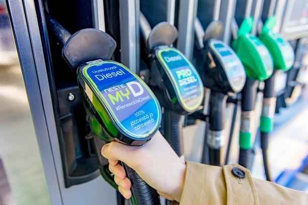 Nesteen mukaan uusiutuva MY diesel käy kaikkiin autoihin, mutta Mercedes-Benz ei toistaiseksi hyväksy sitä henkilöautoihinsa.