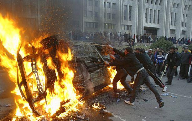 Mielenosoittajat aiheuttivat tuhoa maan pääkaupungissa Bishekissä.