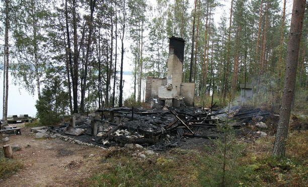 Huvilasta jäi vain savuavat rauniot Saimaan rannalle. Meni vuosia ennen kuin poliisi sai riittävän näytön rikoksesta.