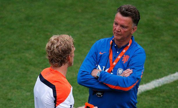 Louis vaan Gaal (oik.) keskusteli baarireissulla käyneen Dirk Kuytin kanssa harjoituksissa.