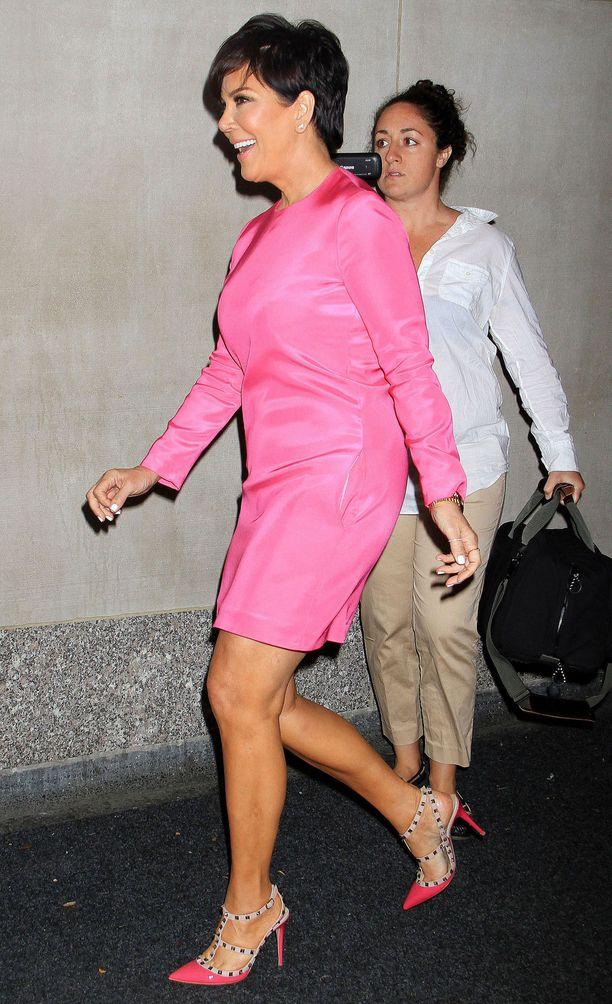Matriarkka Kris Jennerin millenniaalipinkki asu vuosimallia 2013.