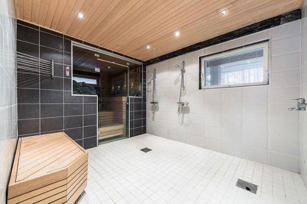 Talossa on tilava kylpyhuone.