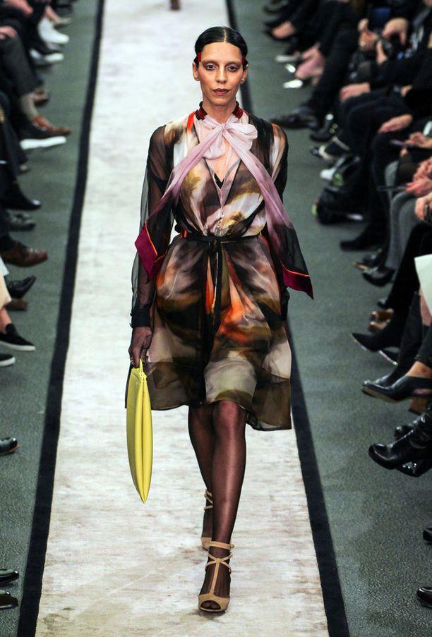 Lea T:stä tuli Givenchyn suunnittelija Riccardo Tiscin muusa. Leaa on kutsuttu ensimmäiseksi transgender-supermalliksi. Kuva Givenchyn syys-talven 2014-2015 -malliston näytöksestä.
