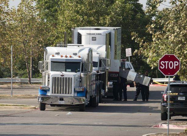 Texasin poliisi on löytänyt 38 ihmistä kuorma-autosta San Antoniosta. Kahdeksan heistä oli kuollut.