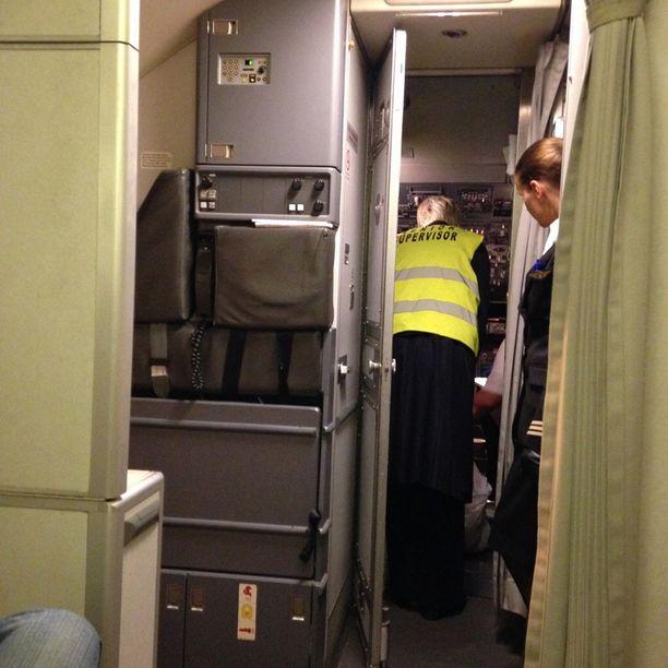Matkustajat ovat olleet väsyneitä mutta ymmärtäväisiä yllättävän pysähdyksen vuoksi.