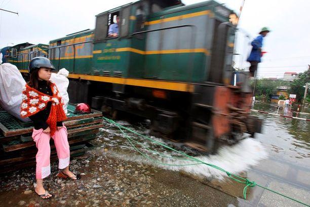Nainen väitti jääneensä junan alle. Kuvan ihmiset eivät liity tapaukseen.