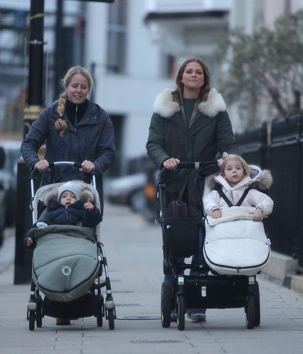 Madeleine perheineen asuu nykyään Lontoossa. Tässä ollaan päiväkävelyllä syksyllä 2016.