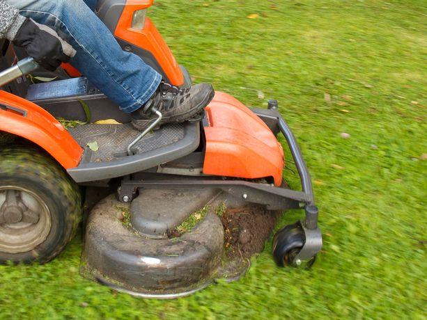 Palomestari muistuttaa, että nurmikkoa ajaessa kannattaa olla tarkkana ojan reunamilla operoidessa. Kuvituskuva.