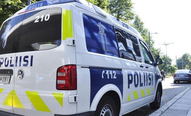 Poliisi epäilee isää kahdesta törkeästä kuolemantuottamuksesta ja liikenneturvallisuuden vaarantamisesta. Kuvituskuva.