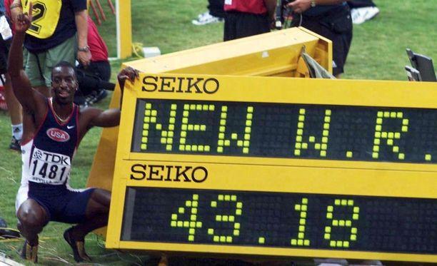 Johnson juoksi 400 metrin yhä voimassa olevan ME:n 1999 Sevillassa. Kaikkien aikojen 20 nopeimmasta 400 metrin ajasta miehen nimissä on 11.