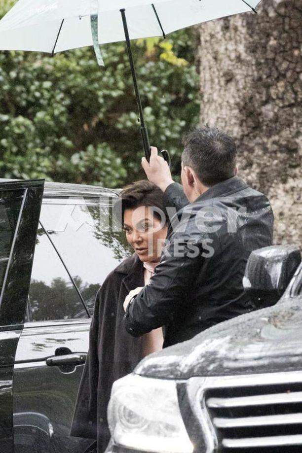 Äiti Kris Jenner saapui tyttärensä vauvakutsuille.