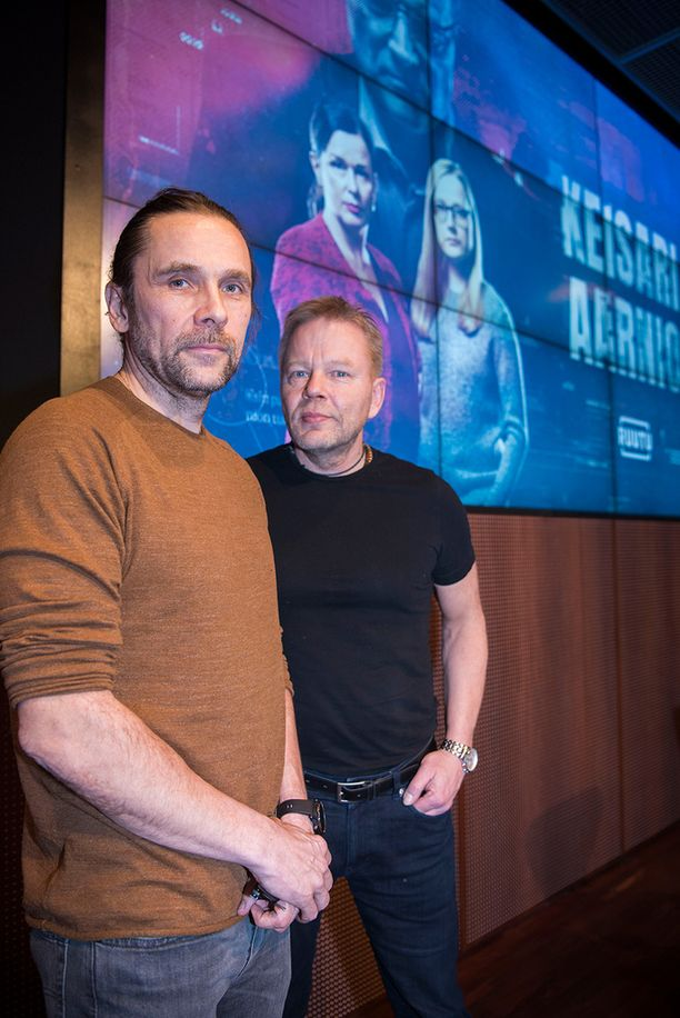 Tv-sarjan tekeminen aloitettiin 13 kuukautta sitten. Tapahtumat esitetään lähes reaaliajassa, ohjaajat JP Siili ja Taavi Vartia toteavat.