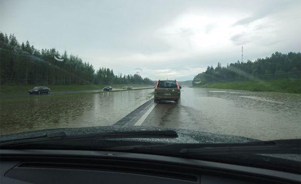 Paikallinen tulva motarilla haittaa liikennettä.