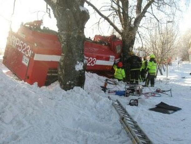 Iäkäs kuljettaja aiheutti onnettomuuden ajamalla traktorilla stop-merkin takaa paloauton kylkeen. Mies ei havainnut paloautoa.