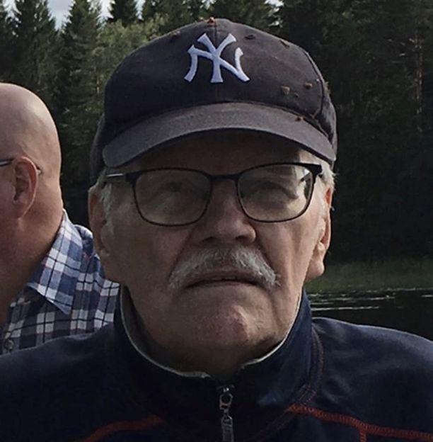 Kateissa oleva Pertti Kettunen käyttää silmälaseja ja liikkuu hyvin.