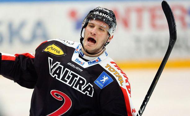Jonne Virtanen lensi suihkuun Pelicansia vastaan.
