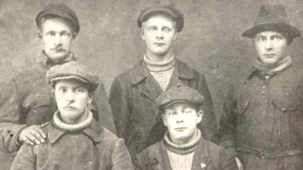 Hugo Hulkko oli yksi Muurmannin suomalaisista, joita Tarja Lappalainen haastatteli kirjaan Stalinin tappamat. Hugon isä Eetu Hulkko (ylhäällä vasemmalla) ja hänen veljensä Väinö, Hannes ja Viljo vangittiin vankileireillä.  Veljessarjasta vain Arvidin (alhaalla vasemmalla) onnistui sinnitellä vankileirillä kymmenen vuotta, jonka jälkeen hänet vapautettiin.