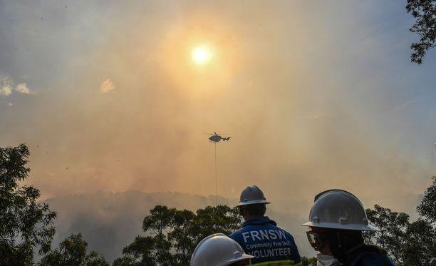 Australian Sydneyssä alkoi riehua maastopalo lauantaina 15.4.2018. Pelastus- ja sammutustöitä tehtiin myös ilmasta käsin.