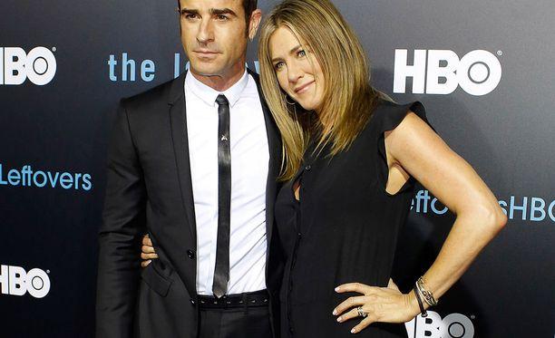 Justin Theroux ja Jennifer Aniston nähtiin The Leftovers -sarjan bileissä.