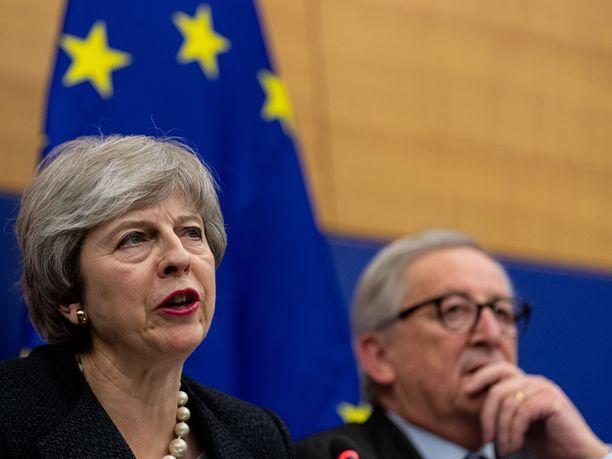 Britannian pääministeri Theresa May EU-komission puheenjohtaja Jean-Claude Juncker puhuivat toimittajille viime kuussa.