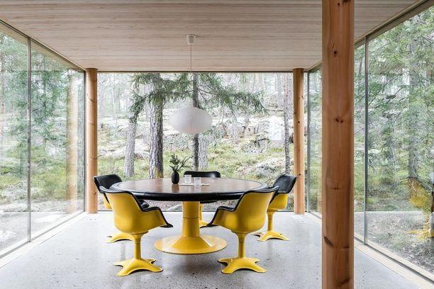 Voiko luonnonläheisempää ruokailuhuonetta olla? Arkkitehti Olavi Koposen suunnittelemassa omakotitalossa ruokailutila sijaitsee kuin metsän siimeksessä. Tila on kolmelta seinältä pelkkää ikkunaa.