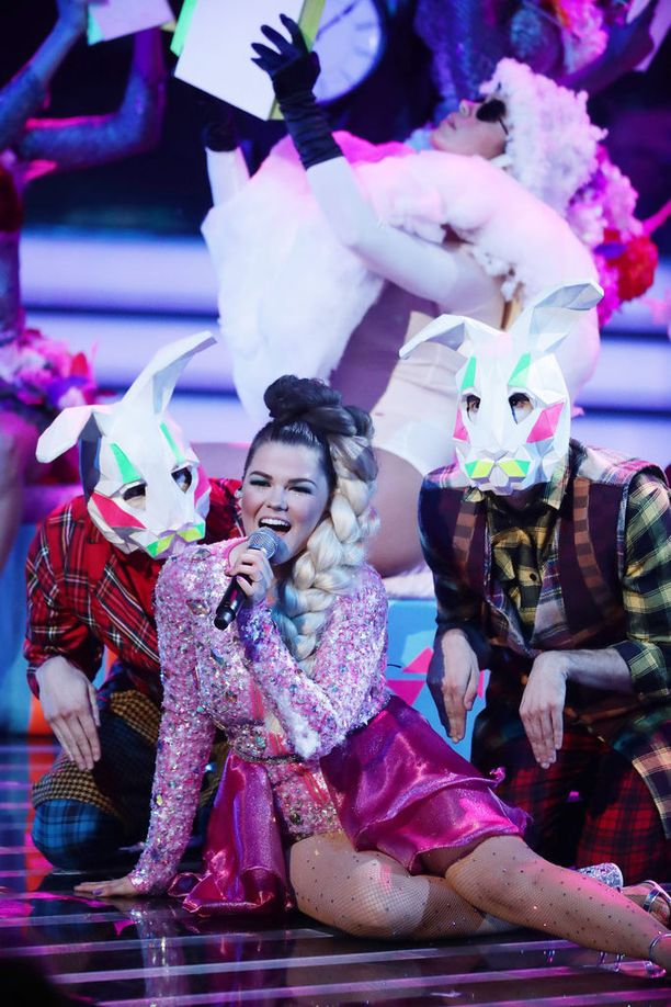 Hullunkuriset esitykset ovat hurmanneet erityisesti Simon Cowellin. Saaran versiota Björkin hitistä on katseltu Youtubessa 2,5 miljoonaa kertaa.