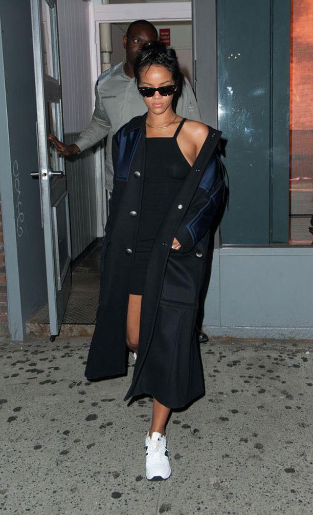 Seuraavana päivänä Rihanna näytti mallia siitä, kuinka pikkumusta yhdistetään massiiviseen takkiin. Trenssin tai pitkän takin yhdistäminen lenkkareihin on myös pinnalla.