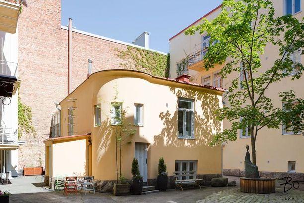Keltainen kivitalo on ollut muun muassa talonmiehen asunto.
