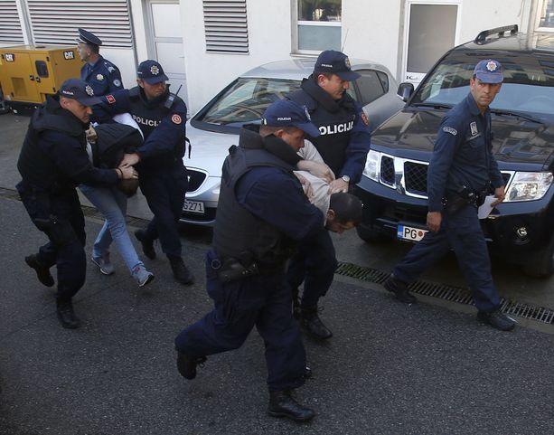 Montenegron poliisi vei vaalipäivänä 16. lokakuuta kuulusteltavaksi henkilöitä, joita se epäili yhteyksistä salamurhajuoneen.