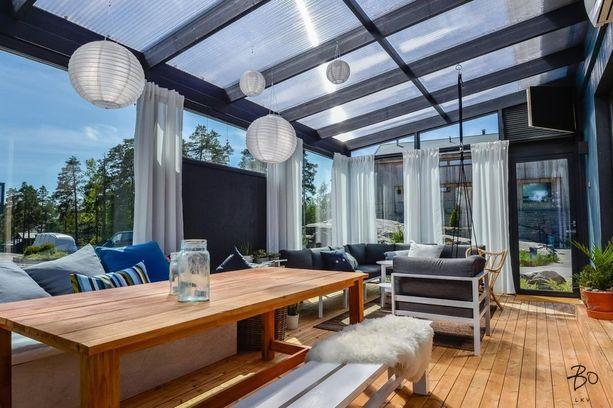 Monet sisustavat lasitetun terassin kuin oikean huoneen. Kalusteet, verhot ja lamput pysyvät täällä säältä suojassa.