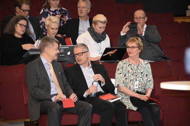 Flemming Rose jutusteli Ylen toimitusjohtajan Lauri Kivisen kanssa ennen puheenvuoroaan Helsingin yliopiston juhlasalissa.