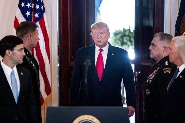 – Donald Trump ylvästelee supervallan sotilasteknologialla. Silti jenkit ovat juuttuneet niin Vietnamiin, Afganistaniin kuin Irakiin. Hyökkäyksiä on perusteltu dominoteorialla, talebanin kauheudella ja Irakissa silkoilla valheilla. Operaatioalueen kulttuuria ei ole ymmärretty, kun jenkit kuvittelevat koko maailman tavoittelevan amerikkalaista unelmaa, Iltalehden kolumnisti Jyrki Vesikansan kirjoittaa.