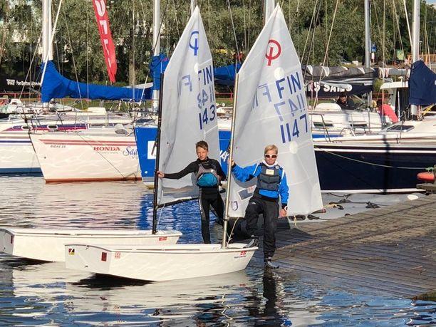14-vuotiaat Arttu Valonen (vasemmalla) ja Sebastian Feodoroff purjehtivat Suomenlahden yli Tallinnaan.