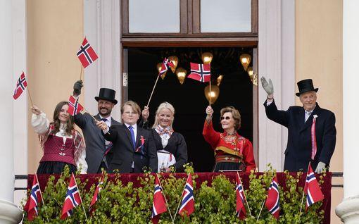Kruununprinsessa Mette-Marit kääriytyi juhlissa vilttiin - kuningatar Sonja täytti 83 vuotta