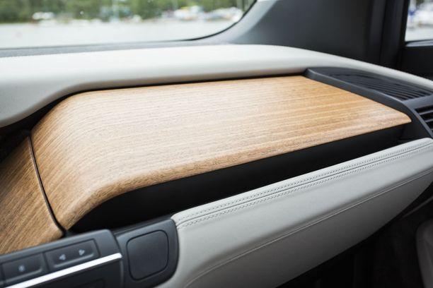 Sisustusvaihtoehtoja on runsaasti. Koeajoautossa eukalyptus-puuta.