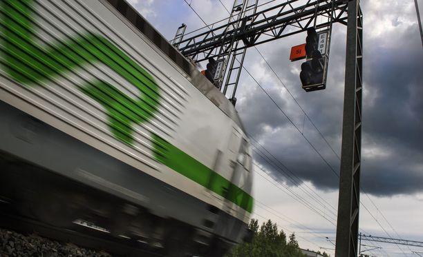 Onnettomuuden vuoksi junaliikenne seisoo.