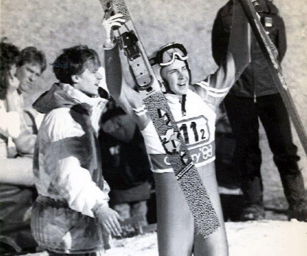 Ari-Pekka Nikkola (vas.) ja Matti Nykänen tuulettivat Calgaryn olympiakisoissa 1988.