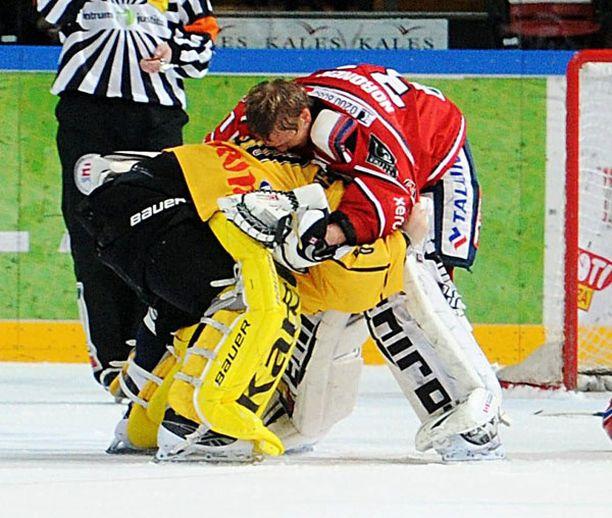 Mika Järvinen (vas.) tappeli päättyneellä kaudella HIFK:n maalivahdin Mika Norosen kanssa.