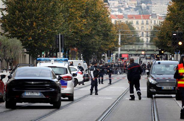 Poliisi eristi tapahtumapaikan, ja alueella on myös ambulansseja sekä paloautoja.