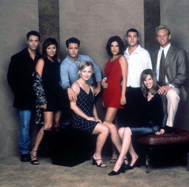 Thiessen nousi julkisuuteen Beverly Hills 90210 -sarjasta. Kuvassa vasemmalta Vincent Young, Thiessen, Jason Priestley, Tori Spelling, Brian Austin Green ja Ian Ziering. Eturivissä Jennie Garth ja Hilary Swank, joka on sittemmin voittanut kaksi Oscaria.