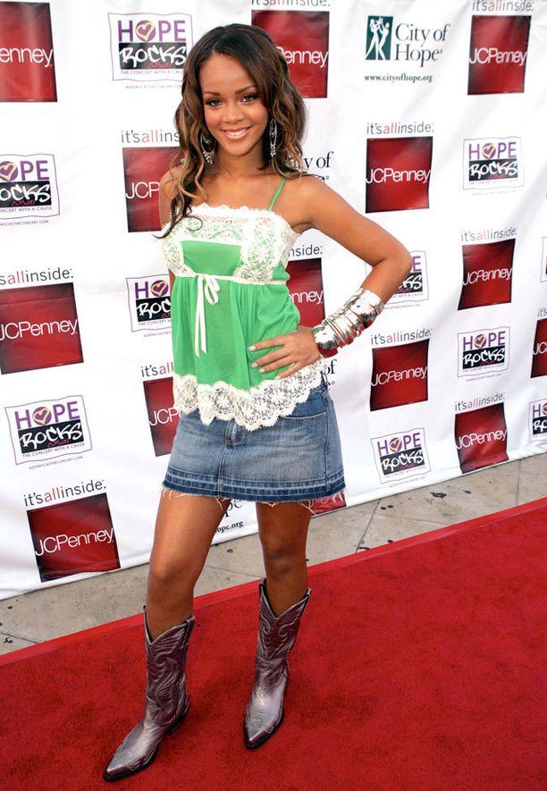 Rihanna 2005. Lyhyt farkkuhame, cowboy-saappaat, paljon rannekoruja ja romanttinen toppi.