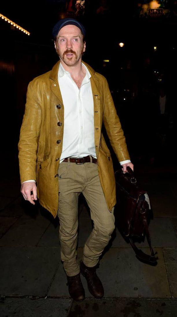 Damian Lewis kasvatti Lontoon West Endin näytelmää varten muhkeat viikset.