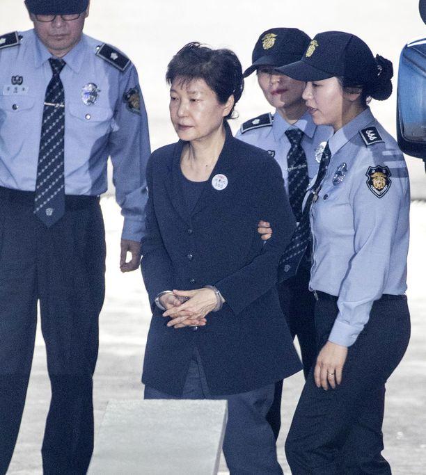 Park Geun-hye saapumassa oikeuteen helmikuussa Soulissa.