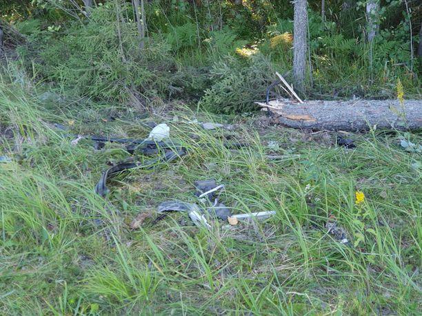 Kolme nuorta kuoli ulosajossa Nokialla. Auto törmäsi vauhdilla puuhun.