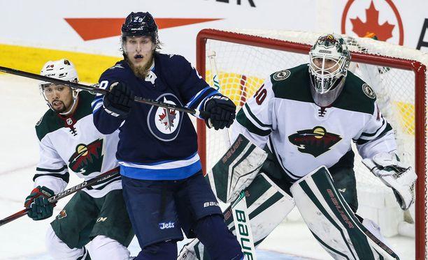 Patrik Laine oli heti ytimessä NHL:n pudotuspeleissä.