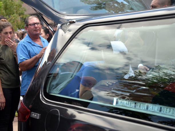 Tässä Horacio Sala lähetti poikansa Emiliano Salan viimeiselle matkalle 16.2. Surun murtama isä menehtyi sydänkohtaukseen vain kolme kuukautta poikansa kuoleman jälkeen.